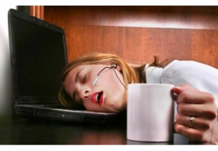 woman-sleeping-laptop-wikimedia-Aek1982