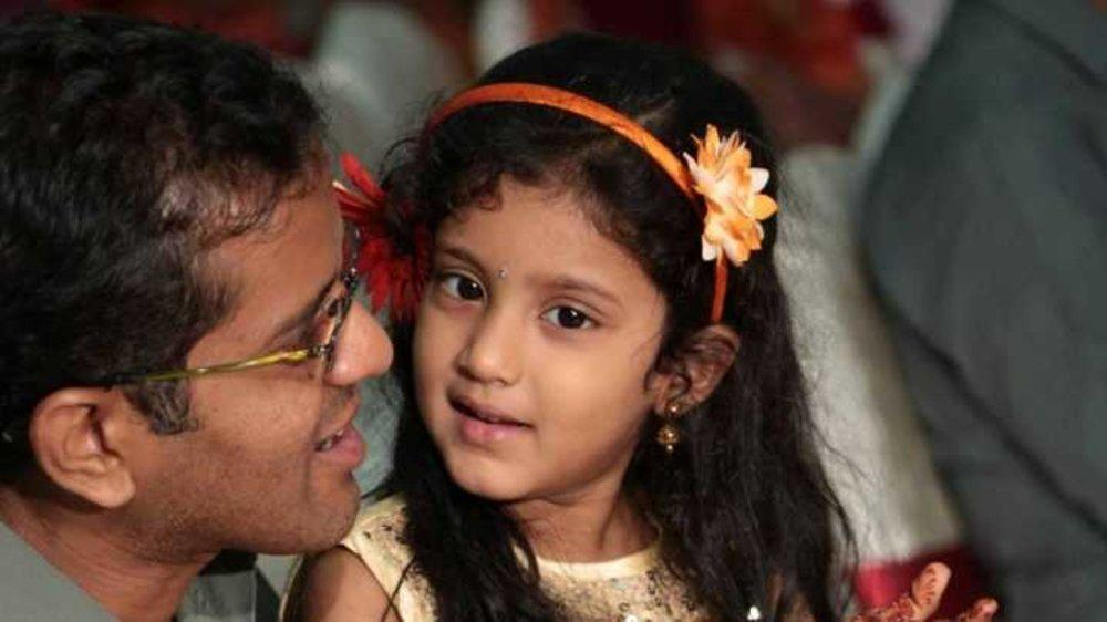 What a dad can do to see a smile on his daughter's face! #Dad's Love  #Replica of OREO biscuits Adv