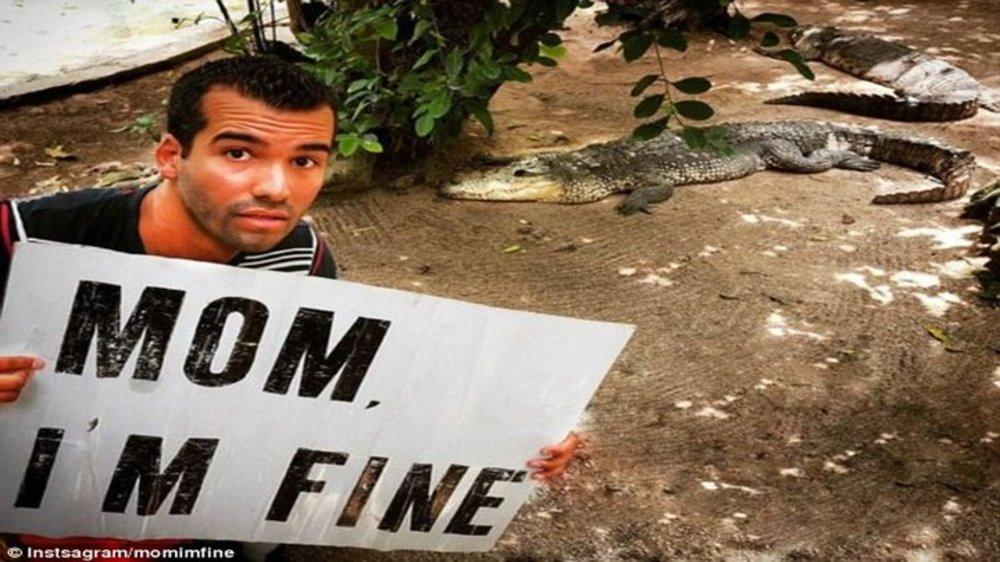 "27-Year-Old World Traveler Assures Mother He's Safe With ""Mom, I'm Fine"" Signboard"